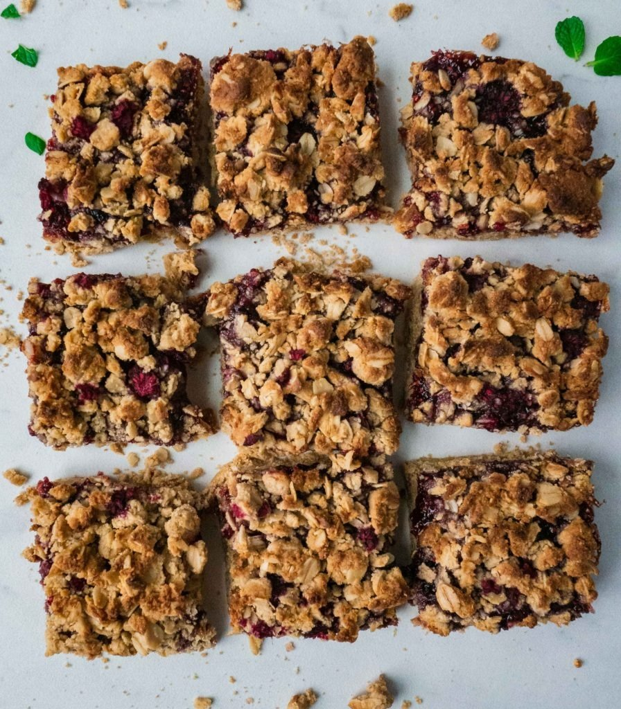 Peanut Butter Oatmeal Bars | This healthy peanut butter oatmeal bars are the perfect recipe for breakfast and dessert! It is vegan, gluten free, dairy free and super easy to make. It is filled with peanut butter and raspberry. Dessert for breakfast anyone? This is childhood peanut butter and jelly with a healthy twist! | #shuangyskitchensink #peanutbutter #veganbreakfast #veganrecipes #vegandessert #healthybreakfast #peanutbutterjelly #easybreakfast #healthyfood #oatmeal #oatmealbars