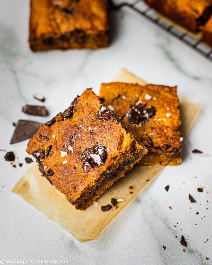 gluten free pumpkin pie spice bars that are filled with vegan dark chocolate